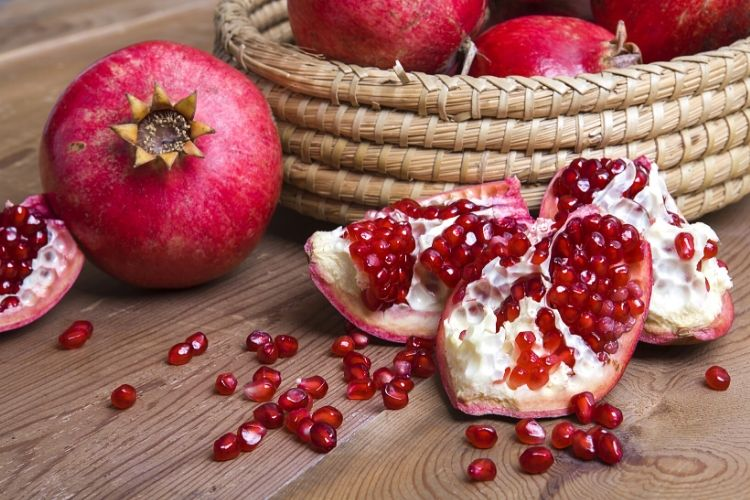 carbs in pomegranate